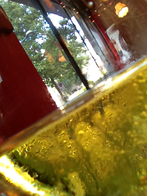 ワイングラス越しの風景