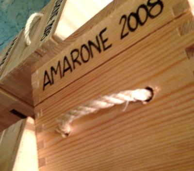 エノテカに山積みにされていたAmarone 2008の木箱に目が釘付けです!