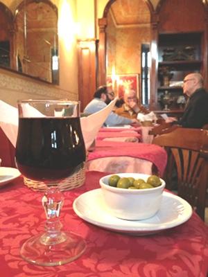 イタリアっぽい!! 土曜の午後のグラスワイン越しに見える打合せの風景。