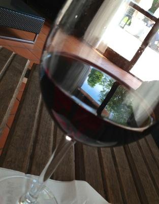 それではお言葉に甘えて・・・赤ワインをいただきながらの打合せ。