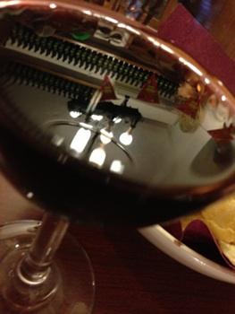 グラスの中に並ぶワインのボトル。見上げると・・・?