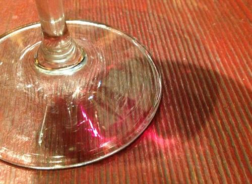 こういう色の指輪が欲しい♥ テーブルに映るワインの光にうっとり。