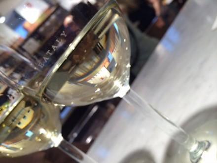 赤白悩む季節。赤ワイン好きの私ですが、やっぱり暑い日のアペは白ワインでしょう。