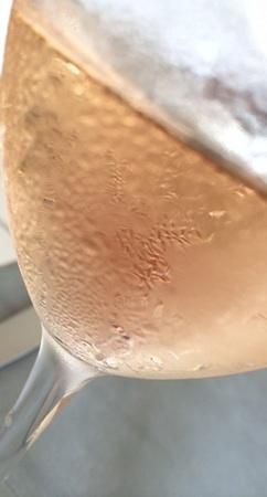 爽やかな香りのロゼは夏のアペリティーヴォにも最高です。