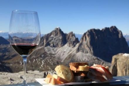 海辺だけでなく、山でいただくワインも美味しそう。