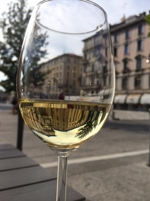 暑い夏。適度に冷えた白ワインで夕涼み。