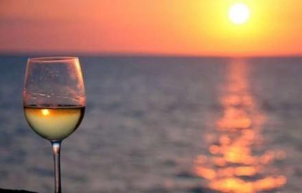 海辺で楽しむ週末ワイン。天気予報は雨なのですが・・・。