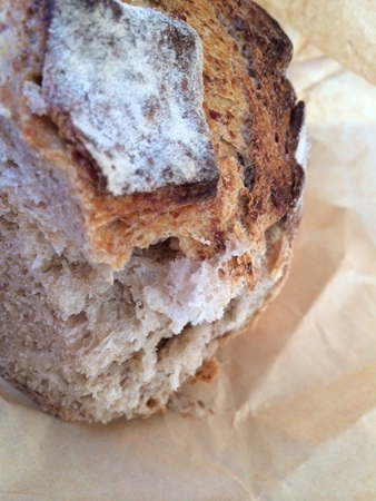 邪道ですが・・・今日のおうちワインのお供はライ麦パン♥