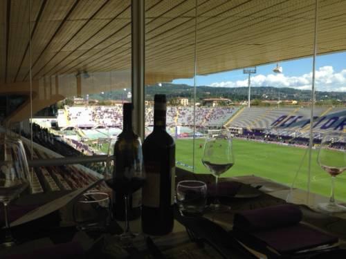 さすがイタリア!サッカー観戦にもワインはマスト・アイテム。